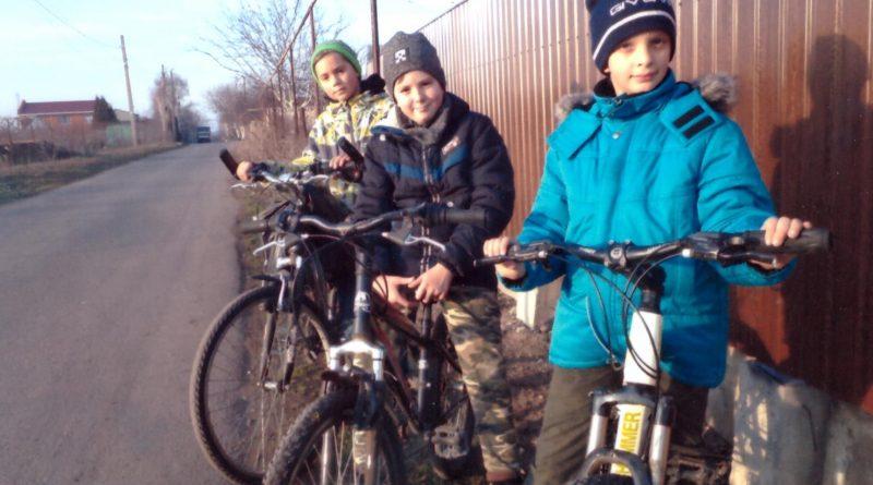 14 січня троє хлопців, які каталися на велосипедах, допомогли жителю нашого села