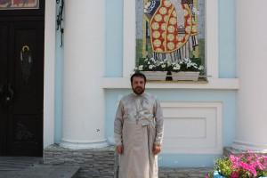Протоієрей Михайло Маслобоев біля Храму Різдва Пресвятої Богородиці